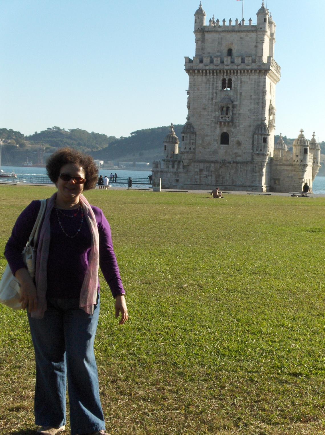Graça em frente à Torre de Belém